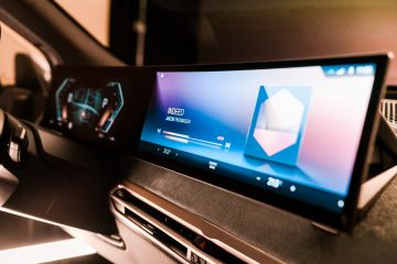 BMW демонстрирует дисплей нового поколения и iDrive на выставке CES 2021