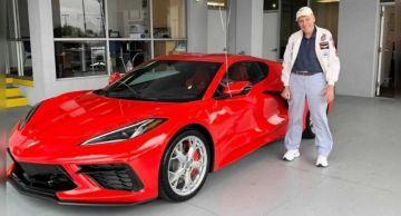 90-летний автолюбитель празднует день рождения с новым Chevy Corvette C8