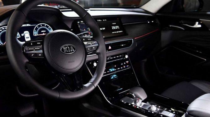 Компания Kia показала первый автомобиль с новыми логотипами