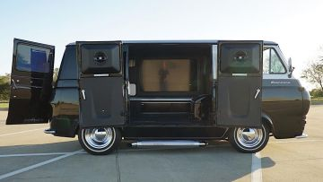 Из старого Ford Econoline сделали кинозал на колёсах