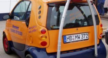 В Европе заметили малолитражную машину с подъемным краном на крыше