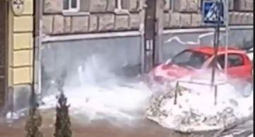 В Киеве на припаркованное на тротуаре авто упала ледяная глыба (ВИДЕО)