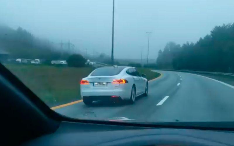 Пьяный водитель проехал спящим за рулем Tesla по скоростной трассе (ВИДЕО)